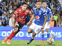 BOGOTA - COLOMBIA -20 -11-2016: Harrison Henao (Der) jugador de Millonarios disputa el balón con Mauricio Molina (Izq) jugador de Independiente Medellín durante partido por la fecha 20 de la Liga Aguila II 2016 jugado en el estadio Nemesio Camacho El Campin de la ciudad de Bogota./ Harrison Henao (R) player of Millonarios fights for the ball with Mauricio Molina (L) player of Independiente Medellin during match for the date 20 of the Liga Aguila II 2016 played at the Nemesio Camacho El Campin Stadium in Bogota city. Photo: VizzorImage / Gabriel Aponte / Staff.