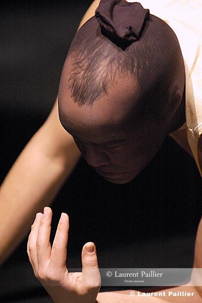 Thomas Lebrun renoue avec le solo. Sol Sehen relance ce travail si particulier d?interrogation en prise directe : et qu?est-ce que ça me fait de me faire faire... Le matériau de départ est la réaction au monde qui va, comme il peut, ses inquiétudes, la relance possible, la nécessité de se rebiffer. Hurler ? S?arrêter ? Danser ?....Chorégraphie et interprétation : Thomas Lebrun - compagnie Illico..Musiques : Les enfants du Pirée par Dalida, par Mélina Mercouri, Ciuleanda par Maria Tanase, Pana cand nu te iubeam par Maria Tanase, Per domenico Morelli par Banda Ionica..Costumes : Thomas Lebrun et Jeanne Guelaff..Lumières : Regis Montambaux..Bande son et arrangements sonores : Franck Lambert