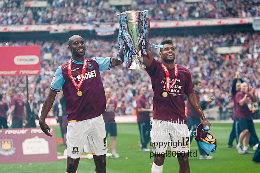 London, UK. West Ham goalscorers Carlton Cole and Ricardo Vazte celebrate with the trophy after winning nPower Championship playoff final fixture Blackpool versus West Ham United at Wembley Stadium 19 May.  Please Byline David Fearn Pixel 8000 Ltd