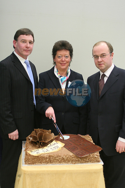 Pat Byrne, Guest Speaker, Mary Considine, Branch Manager and Pat O' Sullivan, Guest Speaker at the Launch of the New Bank Of Ireland in Drogheda....Photo NEWSFILE/Jenny Matthews.(Photo credit should read Jenny Matthews/NEWSFILE)....This Picture has been sent you under the condtions enclosed by:.Newsfile Ltd..The Studio,.Millmount Abbey,.Drogheda,.Co Meath..Ireland..Tel: +353(0)41-9871240.Fax: +353(0)41-9871260.GSM: +353(0)86-2500958.email: pictures@newsfile.ie.www.newsfile.ie.FTP: 193.120.102.198.