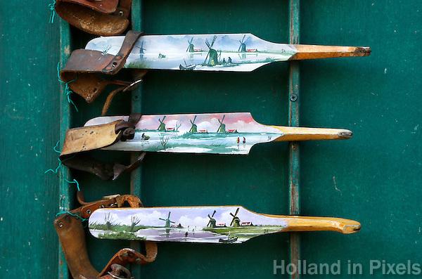 Nederland Zaanse Schans 2016. Houten schaatsen met een schildering van molens. Foto Berlinda van Dam / Hollandse Hoogte