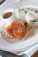 """Europe/France/Bretagne/35/Ille-et-Vilaine/Saint-Malo/Rotheneuf: Tarte Tatin à l'ananas , glace sauce épices, sauce pinacolada - recette de Christophe Langrée chef du restaurant """"Le Bénétin"""""""