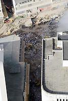 RIO DE JANEIRO, RJ, 26, DE JANEIRO DE 2012 - DESABAMENTO PREDIO RIO DE JANEIRO - Vista na manhã de hoje (26) do local onde ocorreu o desabamento de três prédios na região da Avenida Treze de Maio, no centro do Rio de Janeiro, na noite de ontem, 25. Um dos prédios que ruiu tem cerca de 20 andares, o outro, 10, e o terceiro, 4. Segundo o Corpo de Bombeiros, antes do desabamento teria havido uma explosão, mas isso não foi confirmado. Há pelo menos cinco feridos, dos quais quatro foram encaminhados ao Hospital Souza Aguiar. As equipes de busca retiraram ao menos dois corpos dos escombros. Os trabalhos continuam em dois pontos principais, indicados pelos quatro cães farejadores que ajudam nas buscas. (FOTO: RONALDO BRANDAO - NEWS FREE).