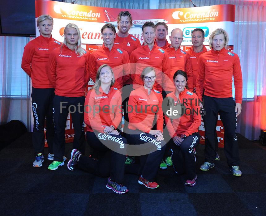 SCHAATSEN: HEERENVEEN: 01-10-2014, IJsstadion Thialf, Perspresentatie Team Corendon, achter v.l.n.r. Maurice Vriend, Koen Verweij, Rens Rotteveel, Robbert Bovenhuis, Jan Blokhuijsen, Peter Kolder <br /> (ass. trainer/coach), Jurre Trouw (ass. trainer/coach), Jan van Veen (hoofdtrainer/coach), Sjoerd de Vries, voor Lotte van Beek, Marije Joling, Marrit Leenstra, &copy;foto Martin de Jong