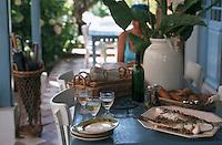 Europe/France/Aquitaine/33/Gironde/Bassin d'Arcachon/Le Cap Ferret: Assiettes, verres de vin blanc, serviettes et plat de poisson