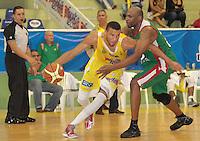 BUCARAMANGA -COLOMBIA, 22-03-2013. El capitan Hernandez de Búcaros Freskaleche (quien tiene el balón) enfrentó a Águilas de Tunja en  partido de la décima séptima fecha de la Liga DirecTV de baloncesto profesional colombiano disputado en la ciudad de Bucaramanga./ Bucaros Freskaleche faced to Águilas de Tunja  in game of the seventeenth date of the DirecTV League of professional Basketball of Colombia at Bucaramanga city. Photos: VizzorImage / Jaime Moreno /CONT