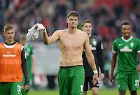 Fussball  1. Bundesliga  Saison 2013/2014  8. Spieltag VfB Stuttgart - SV Werder Bremen     05.10.2013 Schlussjubel SV Werder Bremen; Sebastian Proedl, mit Dank an die Fans nach dem Spiel