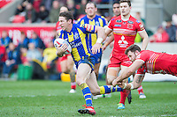 Picture by Allan McKenzie/SWpix.com - 04/03/2017 - Rugby League - Betfred Super League - Salford Red Devils v Warrington Wolves - AJ Bell Stadium, Salford, England - Kurt Gidley evades Olsi Krasniqi's tackle.