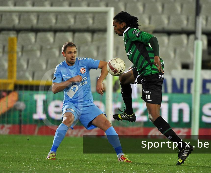 Cercle Brugge - KV Kortrijk : Michael Uchebo (rechts) aan de bal voor Baptiste Martin<br /> foto VDB / Bart Vandenbroucke