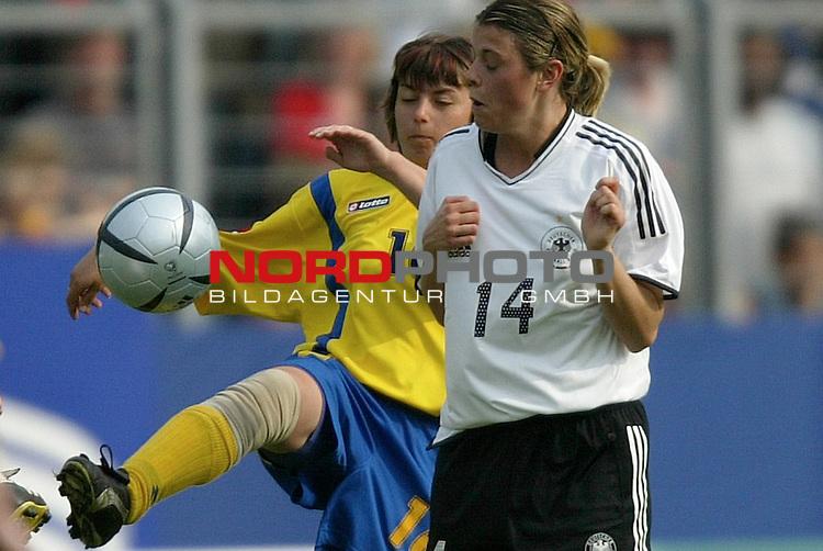 EM Qualifikation 2005 - Frauen Nationalmannschaft<br /> <br /> Deutschland vs. Ukraine 6:0<br /> <br /> Isabell Bachor (vorne) von Deutschland im Zweikampf mit <br /> <br /> Vira Dyatel (hinten) von der Ukraine.<br /> <br /> Foto &copy; nordphoto - Ruediger Lampe<br /> <br /> <br /> <br /> <br /> <br /> <br /> <br />  *** Local Caption *** Foto ist honorarpflichtig! zzgl. gesetzl. MwSt.<br /> <br />  Belegexemplar erforderlich<br /> <br /> Adresse: nordphoto<br /> <br /> Georg-Reinke-Strasse 1<br /> <br /> 49377 Vechta