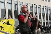 Der ehemalige Erste Stadtrat Franz-Rudolf Urhahn (M.) bei der Mahnwache hinter Redner Rudi Heclhler (DKP). Zahlreiche Besucher bei der Mahnwache der Bürgerinitiative gegen den Flughafenausbau vor dem Rathaus Walldorf. Damit wollten sie ein Zeichen setzen vor der geplanten Debatte um das Abhängen der Anti-Flughafenausbau-Banner in der Doppelstadt, ein Effekt des durch die Kommunalwahl bedingten Kurswechsels im Rathaus