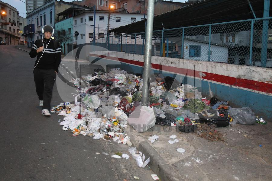 SÃO PAULO, SP, 19/08/2013, LIXO. A  Rua Tabatinguera, região central de São Paulo, amanheceu nessa segunda-feira(19) com muito lixo espalhado na calçada, impedindo o transito de pedestres, que  se arriscam andando pela rua. LUIZ GUARNIERI/ BRAZIL PHOTO PRESS