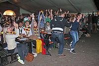 Public Viewing auf dem Marktplatz am Ratskeller, Erleichterung beim Tor für Deutschland zum 2:0
