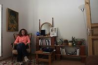 Turchia, Istanbul, la scrittrice turca Esmahan Aykol ritratta a casa sua