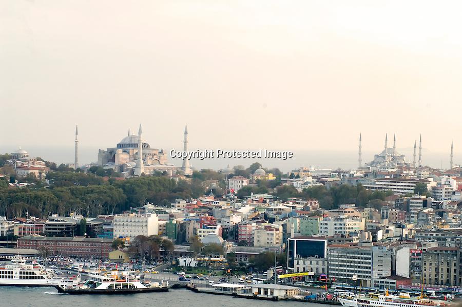 TURQUIA-ESTAMBUL.Panoramica de la ciudad de Estambul desde la torre de Galata con Santa Sofia y La Mezquita Azul..foto JOAQUIN GOMEZ SASTRE©