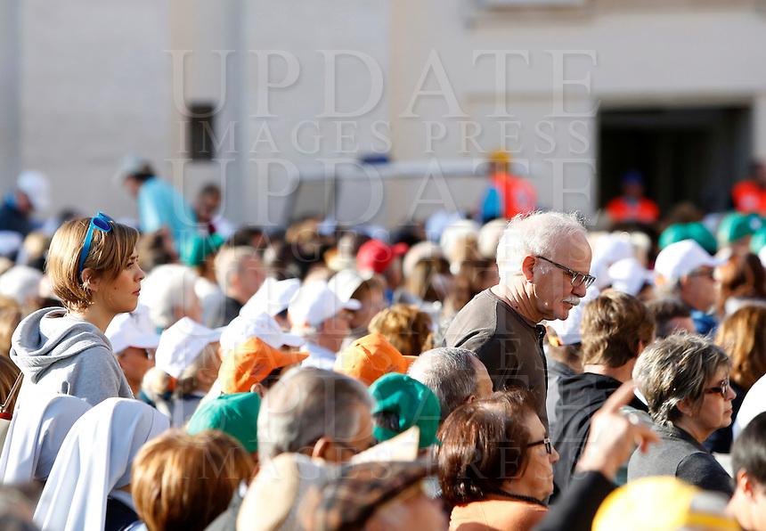 Partecipanti all'incontro internazionale tenuto da Papa Francesco con gli anziani e i nonni, in Piazza San Pietro, Citta' del Vaticano, 28 settembre 2014.<br /> Partecipants attend the international meeting celebrated by Pope Francis with elderly and grandparents in St. Peter's square at the Vatican, 28 September 2014.<br /> UPDATE IMAGES PRESS/Riccardo De Luca<br /> <br /> STRICTLY ONLY FOR EDITORIAL USE