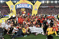 BOGOTÁ -COLOMBIA, 29-01-2017. Jugadores del Santa Fe celebran como campeones de la Super Liga Aguila 2017 después del partido de vuelta entre Independiente Santa Fe y Deportivo Independiente Medellin por la SuperLiga Aguila 2017 en el estadio Nemesio Camacho El Campín de la ciudad de Bogotá. / Players of Santa Fe celebrate the title as champion of Super Liga Aguila 2017 after a second leg match between Deportivo Independiente Medellin and Independiente Santa Fe for the SuperLiga Aguila 2017 at Nemesio Camacho El Campin stadium in Bogota city. Photo: VizzorImage/ Gabriel Aponte / Staff
