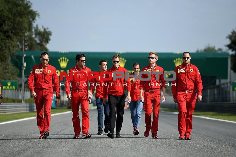 05.09.2019, Autodromo Nazionale di Monza, Monza, FORMULA 1 GRAN PREMIO HEINEKEN D'ITALIA 2019<br />,im Bild<br />Sebastian Vettel (GER#5), Scuderia Ferrari Mission Winnow geht mit seinen Ingenieuren über die Strecke.<br /> <br /> Foto © nordphoto / Bratic