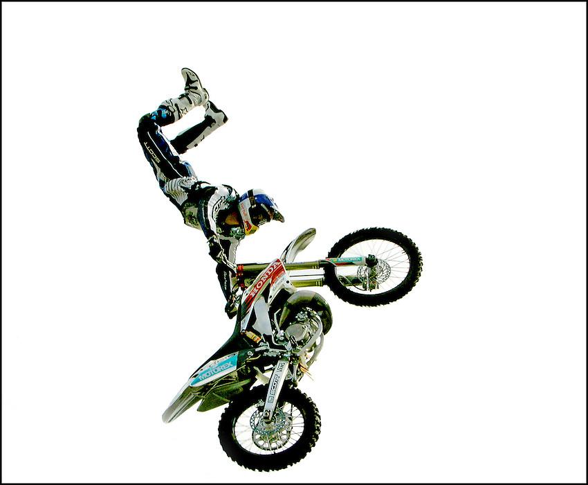 Nederland,Rotterdam , 09-10-2005, .© foto Michael Kooren/Hollandse Hoogte..Stunten met de motor in de lucht. Motorstunts, een motor acrobaat steunt op zijn motor in de lucht.