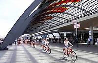 Nederland Amsterdam 2019 - Overkapping achter Centraal Station. Fiets / voetgangerspad.  Bike tour Amsterbike. Foto Berlinda van Dam / Hollandse Hoogte