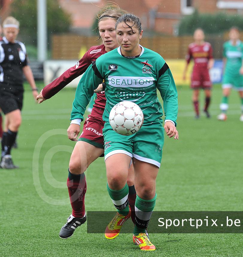 Dames Zulte - Waregem - OHL Oud Heverlee Leuven : Sara Yuceil aan de bal voor Elien Ameye.foto JOKE VUYLSTEKE / Vrouwenteam.be
