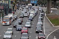 SAO PAULO, SP - 28.04.2017 - TRANSITO-SP - Transito intenso na Estrada do Itapecerica e Av. Giovanni Gronchi na manh&atilde; desta sexta-feira (28). Devido a greve de &ocirc;nibus, Metr&ocirc; e Trens, os corredores foram liberados para os carros.<br /> <br /> (Foto: Fabricio Bomjardim / Brazil Photo Press)