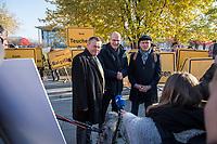"""Vertreter der Lausitzer Kohlereviere protestierten am Donnerstag den 14. November 2019 in Berlin vor dem Kanzleramt fuer eine bessere finanzielle Absicherung beim Ausstieg aus der Kohlefoerderung. Unter anderem forderten sie, dass eine Investitionspauschale fuer die Absicherung des kommunalen Eigenanteils festgeschrieben wird.<br /> Aufgerufen zu dem Protest hatte ein freiwilliges Buendnis der sogenannten """"Lausitzrunde"""".<br /> Im Bild: Ralph Brinkhaus, Fraktionsvorsitzender der CDU-Bundestagsfraktion (mitte) im Gespraech mit Holger Kelch, Oberbuergermeister der Stadt Cottbus (rechts) und Klaus-Peter Schulze, CDU-MdB aus Brandenburg (links).<br /> 14.11.2019, Berlin<br /> Copyright: Christian-Ditsch.de<br /> [Inhaltsveraendernde Manipulation des Fotos nur nach ausdruecklicher Genehmigung des Fotografen. Vereinbarungen ueber Abtretung von Persoenlichkeitsrechten/Model Release der abgebildeten Person/Personen liegen nicht vor. NO MODEL RELEASE! Nur fuer Redaktionelle Zwecke. Don't publish without copyright Christian-Ditsch.de, Veroeffentlichung nur mit Fotografennennung, sowie gegen Honorar, MwSt. und Beleg. Konto: I N G - D i B a, IBAN DE58500105175400192269, BIC INGDDEFFXXX, Kontakt: post@christian-ditsch.de<br /> Bei der Bearbeitung der Dateiinformationen darf die Urheberkennzeichnung in den EXIF- und  IPTC-Daten nicht entfernt werden, diese sind in digitalen Medien nach §95c UrhG rechtlich geschuetzt. Der Urhebervermerk wird gemaess §13 UrhG verlangt.]"""