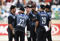 Colin de Grandhomme celebrates the wicket of Zaman with team mates.<br /> Pakistan tour of New Zealand. T20 Series.2nd Twenty20 international cricket match, Eden Park, Auckland, New Zealand. Thursday 25 January 2018. &copy; Copyright Photo: Andrew Cornaga / www.Photosport.nz