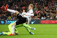 Timo Werner (Deutschland, Germany) verletzt sich beim Zusammenprall mit Torwart Jordan Pickford (England) - 10.11.2017: England vs. Deutschland, Freundschaftsspiel, Wembley Stadium