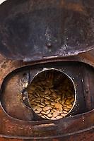 Europe/France/Rhône-Alpes/26/Drôme/Montélimar: Fabrication traditionnelle  du Nougat de Montélimar chez Eric Escobar - Les amandes  sont chauffées au four