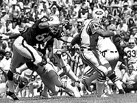 New York Jets Joe Namath avoids Raider Tony Cline. <br />