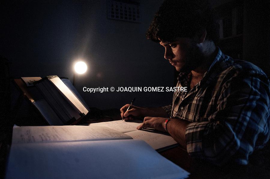 Por la tarde  despues de comer algunos seminaristas como Ramon aprovechan para estudiar en sus habitaciones ya que ese tiempo lo tienen que dedicar al estudio.