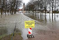 Bord bij de overstroomde IJssel met de tekst:  'Verboden toegang.  Levensgevaarlijk terrein ivm sterke stroming'