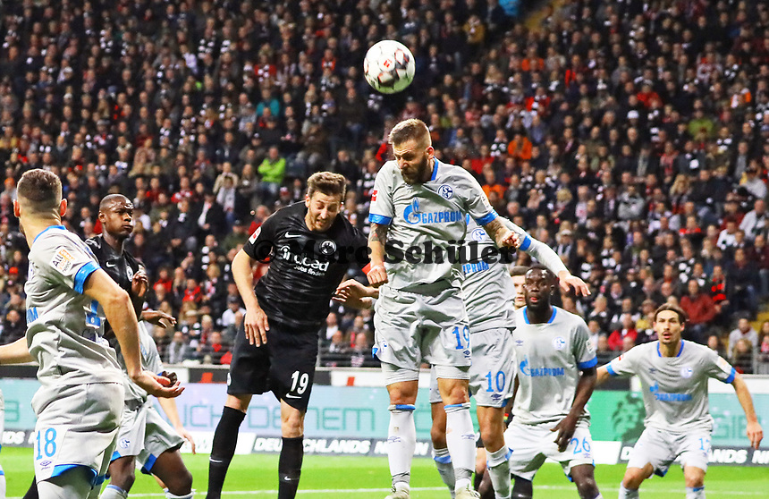 David Abraham (Eintracht Frankfurt) gegen Guido Burgstaller (FC Schalke 04) - 11.11.2018: Eintracht Frankfurt vs. FC Schalke 04, Commerzbank Arena, DISCLAIMER: DFL regulations prohibit any use of photographs as image sequences and/or quasi-video.