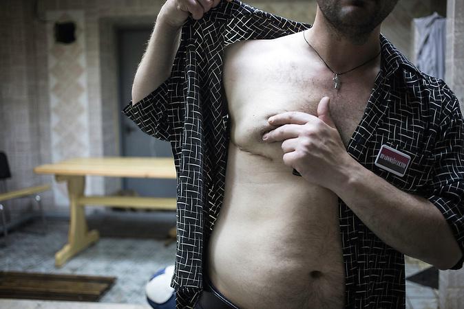 Andrej, Aktivist, hat zwei Brüder auf dem Maiden verloren, wurde selbst verletzt (angeschossen) in einer Auseinandersetzung mit einer anderen Gruppierung, Mitglieder des Pravyj Sektor im besetzten Postgebäude in Kiew / Members of the Prawy Sektor in an occupied postoffice.