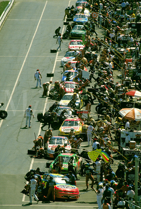 PIT STOPS MBNA 500 WINSTON CUP RACE DOVER DOWNS SPEEDWAY. DOVER DELAWARE USA.