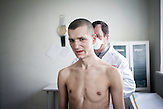Anatoli, 28, im Untersuchungsraum, ein schwerer Fall von TB,<br />