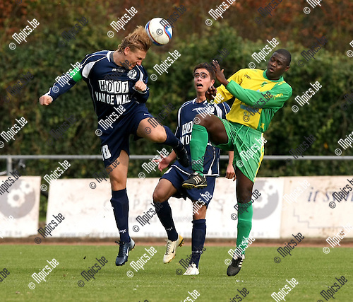 2008-10-12 / Voetbal / Schoten - Temse / Damman (L) en Sanou (Schoten) gaan in duel. Pittoors kijkt toe...Foto: Maarten Straetemans (SMB)