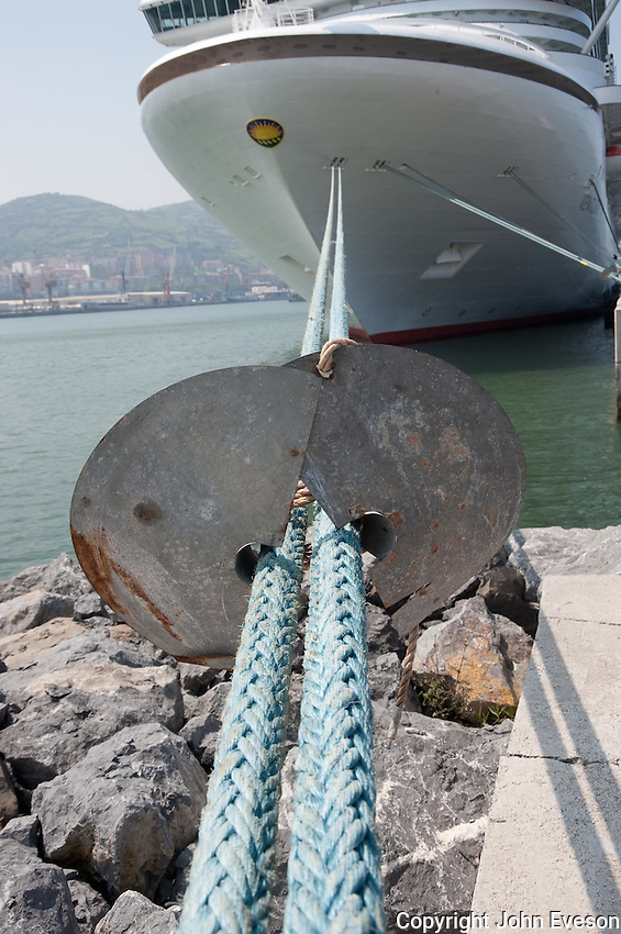Rat guard on a cruise ship rope, Biklbao, Spain....Copyright..John Eveson,.Dinkling Green Farm,.Whitewell,.Clitheroe,.Lancashire..BB7 3BN.Tel. 01995 61280.Mobile 07973 482705.j.r.eveson@btinternet.com.www.johneveson.com