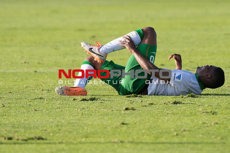 Trainingsgel&auml;nde, Jerez, ESP, 1.FBL, FSP  Werder Bremen (GER)  vs NEC Nijmegen (NED),  12.01.2014, <br /> <br /> C&eacute;dric Makiadi (Bremen #6)<br /> Verletzung / verletzt / Schmerzen<br /> Foto &copy; nordphoto/ Kokenge
