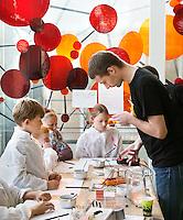 Nederland  Amsterdam  2016. Weekend van de Wetenschap. Open Dag van het Science Park. Workshop bij AMOLF.  Het FOM-instituut AMOLF is een van de onderzoeksinstituten van de Stichting voor Fundamenteel Onderzoek der Materie ( FOM ), en maakt deel uit van de Nederlandse Organisatie voor Wetenschappelijk Onderzoek ( NWO ). AMOLF verricht fundamenteel onderzoek, voor technologische innovaties, op het gebied van Nanofotonica, Moleculaire Biofysica, Systeem Biofysica en Photovoltaics.  Foto Berlinda van Dam / Hollandse Hoogte