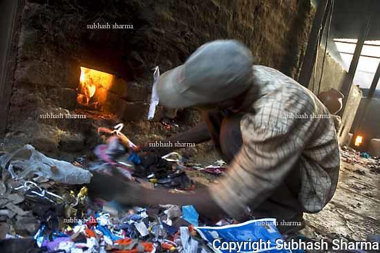 Dharavi,Mumbai,India,pot makers,poverty,poor ,workers,labourers,smoke,hazardous,toxic,fumes,health hazard,health,pollution,klin,furnace