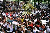 Durante a procissao centenas de pessoas passam mal e tem de ser atendidas emergencialmente pelas equipes da Cruz Vermelha <br />No C&iacute;rio de Nossa Senhora de Nazar&eacute; cerca de 1.500.000 romeiros acompanham a berlinda que leva a imagem da Santa durante a prociss&atilde;o que ocorre a mais de 200 anos. Sendo considerada uma das maiores prociss&otilde;es religiosas do planeta.<br />Bel&eacute;m-Para-Brasil<br />&copy;Foto: Paulo Santos/ Interfoto<br />12/10/2003<br />Digital