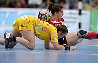 EHF Champions League Handball Damen / Frauen / Women - HC Leipzig HCL : SD Itxako Estella (spain) - Arena Leipzig - Gruppenphase Champions League - im Bild: Ania Rösler im Bodenkampf. Foto: Norman Rembarz .