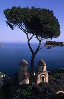 Europe/Italie/Côte Amalfitaine/Campagnie/Ravello : Eglise vue depuis les jardins de la Villa Rufolo dominant la mer (XIII° qui servit de résidence à plusieurs Papes, à Charles d'Anjou et à Richard Wagner)