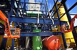 AMSTERDAM - In het Amsterdams monteren medewerkers van Ballast Nedam stalen spanten van de rookgasreinigingsinstallatie van de eerste Hoogrendement Afvalverbrandingsinstallatie(HR Avi) ter wereld. Het complex bestaat ondermeer uit een honderd meter hoge schoorsteen, verbrandingsoven en betonnen afvalbunkercomplex die in opdracht van het Afval Energie Bedrijf Gemeente Amsterdam (AEB) worden gebouwd. De mega-Avi gebouwd krijgt een hoog verbrandingsrendement(van 31,3%), een verwerkingscapaciteit van 530.000 ton afval en gaat ruim 300 miljoen euro kosten. Het project wordt begeleidt door de Duits-Nederlandse Ingenieurscombinatie Fichtner-Cumaeat en moet in 2005 klaar zijn. COPYRIGHT TON BORSBOOM