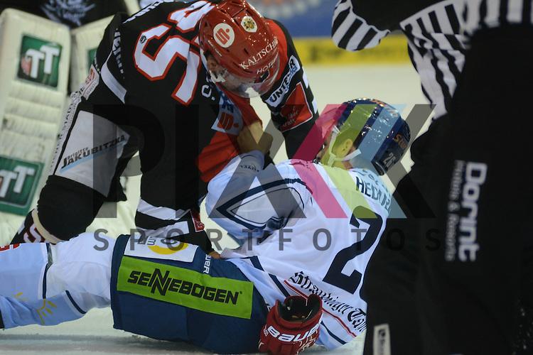 Nick Schaus (HC Innsbruck), Mike Hedden (Straubing Tigers) im Spiel der DEL, Straubing Tigers - HC Innsbruck.<br /> <br /> Foto &copy; PIX-Sportfotos *** Foto ist honorarpflichtig! *** Auf Anfrage in hoeherer Qualitaet/Aufloesung. Belegexemplar erbeten. Veroeffentlichung ausschliesslich fuer journalistisch-publizistische Zwecke. For editorial use only.