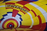 Europe/France/Rhone-Alpes/73/Savoie/Courchevel 1850 : Matthew Eaton gonfle sa montgolfière