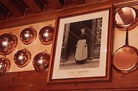 Europe/France/Basse-Normandie/50/Manche/Mont Saint Michel: L'auberge de la mère Poulard - Détail cuivres de la cuisine de l'entrée et portrait d'Annette Poulard