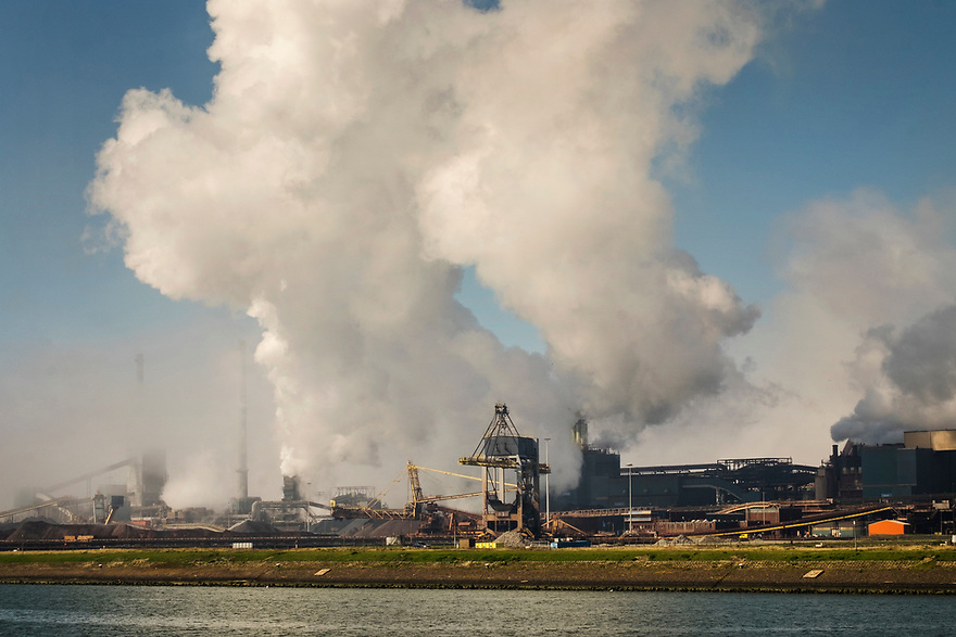 Nederland, IJmuiden, 20170404<br /> Tatasteel staalfabriek in Velzen (Beverwijk, IJmuiden).<br /> De fabriek stoot veel co2 uit maar is ook belangrijk voor de nederlandse economie.<br /> <br /> Foto: (c) Michiel Wijnbergh